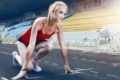 Femme de forme physique de coureur sur la voie Photo stock