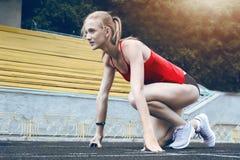 Femme de forme physique de coureur sur la voie Photo libre de droits