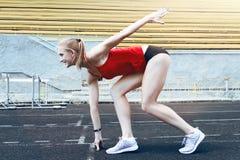 Femme de forme physique de coureur sur la voie Photographie stock libre de droits