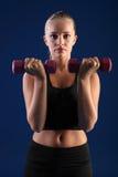Femme de forme physique d'exercice anaérobie d'enroulement de Bicep jeune Photos stock