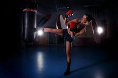 Femme de forme physique dans l'action Images libres de droits