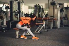 Femme de forme physique dans l'usage de sport Images stock