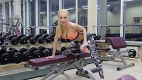 Femme de forme physique dans la formation Apparence forte d'ABS banque de vidéos