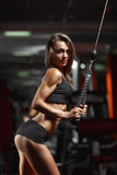 Femme de forme physique dans le gymnase Photo stock