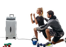Femme de forme physique de SME faisant l'exercice de mouvement brusque avec l'entraîneur Photographie stock