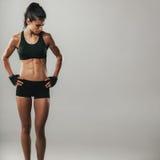 Femme de forme physique détendant après session d'exercice Photo libre de droits