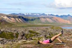 Femme de forme physique exerçant le pont simple de glute de jambe Image libre de droits