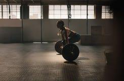 Femme de forme physique faisant l'exercice d'haltérophilie photo libre de droits