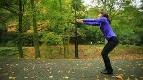 Femme de forme physique faisant l'exercice extérieur clips vidéos