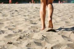 Femme de forme physique faisant la cardio- séance d'entraînement à la plage L'espace pour le texte image libre de droits