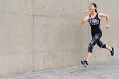 Femme de forme physique faisant la formation courante de sport photographie stock