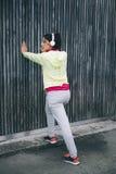 Femme de forme physique faisant la jambe étirant l'exercice Photographie stock libre de droits