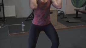 Femme de forme physique faisant le barbell propre - et - lancez la séance d'entraînement dans le gymnase clips vidéos