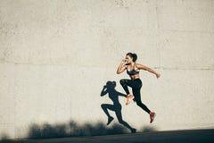Femme de forme physique faisant le cardio- exercice image libre de droits
