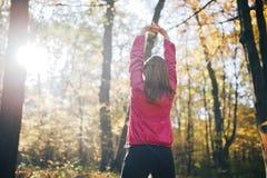 Femme de forme physique faisant pendant la séance d'entraînement Style de vie sain images libres de droits