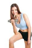 Femme de forme physique s'exerçant avec des dumpbells Photos stock