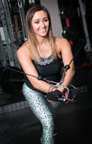 Femme de forme physique s'exerçant utilisant une machine de câble Image stock