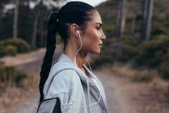 Femme de forme physique se reposant après la formation physique intense photos libres de droits