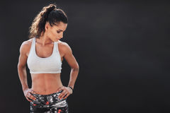 Femme de forme physique se tenant avec ses mains sur des hanches image stock