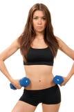 Femme de forme physique sur des haltères de séance d'entraînement de régime Photo stock