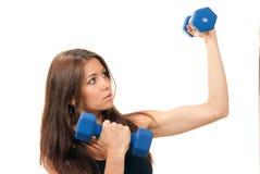 Femme de forme physique sur des haltères de séance d'entraînement de régime Images stock
