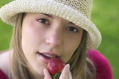 Femme de fraise image stock