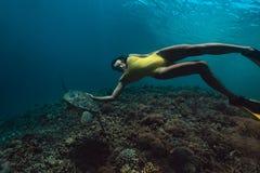 Femme de Freediver avec la tortue, photographie sous-marine photographie stock libre de droits