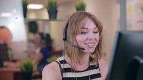 Femme de Frendly parlant sur le casque dans un bureau, centre d'appel clips vidéos