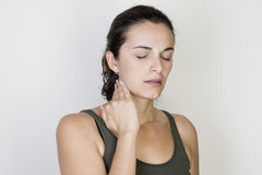 Femme de gorge endolorie images stock