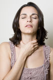 Femme de gorge endolorie photographie stock libre de droits