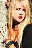 Femme de Goth à l'extérieur photo stock