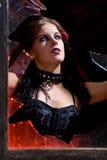 Femme de Goth dans l'hublot cassé Images libres de droits