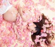 Femme de grossesse en mer de fleurs Photo stock