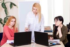 Femme de groupe de compagnon de classe d'espace de travail d'équipe d'informatique de table d'école de professeur de leçon 50 plu photographie stock