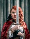 Femme de guerrier avec l'épée en portrait médiéval de vêtements Image stock