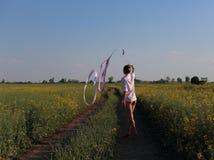 Femme de gymnastique rythmique avec de service Photo libre de droits