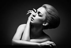 Femme de haute couture avec la coiffure abstraite Images stock