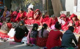 Femme de Hinduist dans la ville de Katmandou Images stock