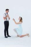 Femme de hippie faisant une proposition de mariage à son ami Photographie stock
