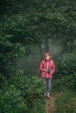 Femme de hippie marchant dans la forêt photo stock
