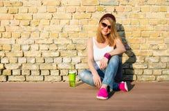 Femme de hippie s'asseyant au sol Photographie stock