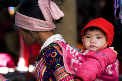 Femme de Hmong avec son d'enfant dos dessus Photo stock