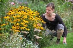 Femme de jardinage Images stock