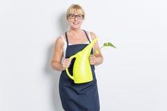 Femme de jardinage avec l'usine D'isolement sur le fond blanc Photo stock