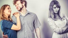 Femme de Jelous avec les couples heureux Image stock