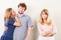 Femme de Jelous avec les couples heureux Images stock