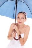 Femme de jeune mariée se cachant prenant la couverture sous le parapluie Image libre de droits
