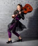 Femme de joueur de guitare de Brunette Photo stock
