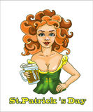 Femme de jour de s de StPatrick 'avec de la bière avec les cheveux rouges Images stock