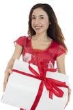 Femme de jour et d'amour de valentines portant un paquet de cadeau Photos stock